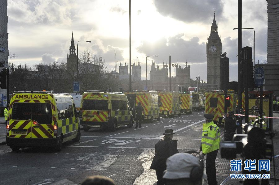 3月22日,救护车在英国伦敦的议会大厦外待命。.jpg