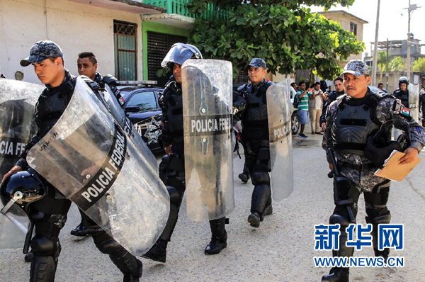 7月6日,警察抵达墨西哥格雷罗州阿卡普尔科市一所发生骚乱的监狱.jpg