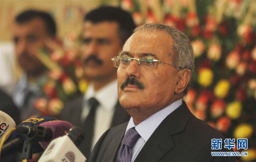 这是2012年2月27日,也门卸任总统萨利赫在首都萨那出席新总统哈迪的就职典礼。.jpg