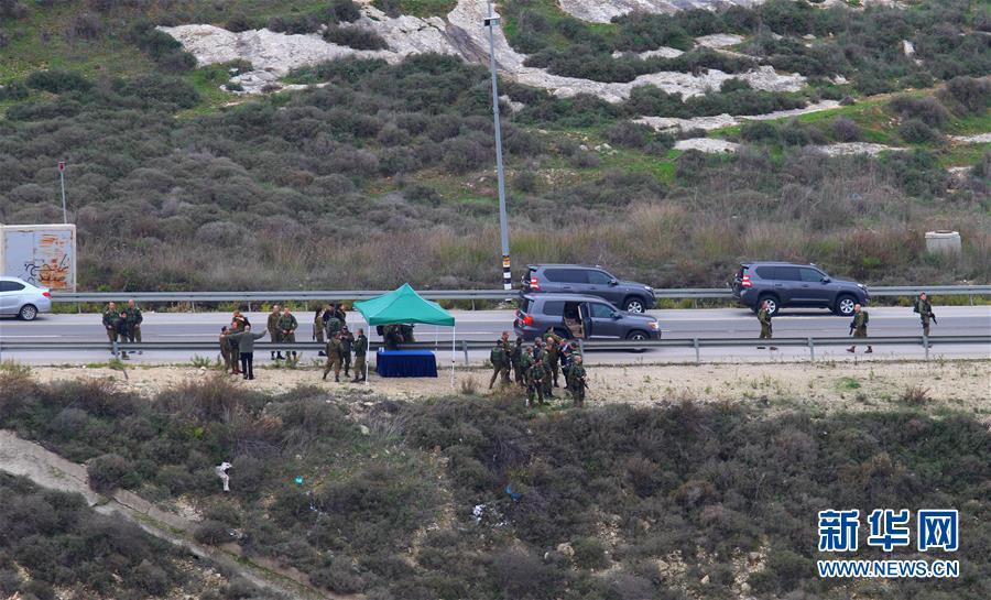 1月10日,在约旦河西岸城市纳布卢斯,以色列军队封锁道路。.jpg