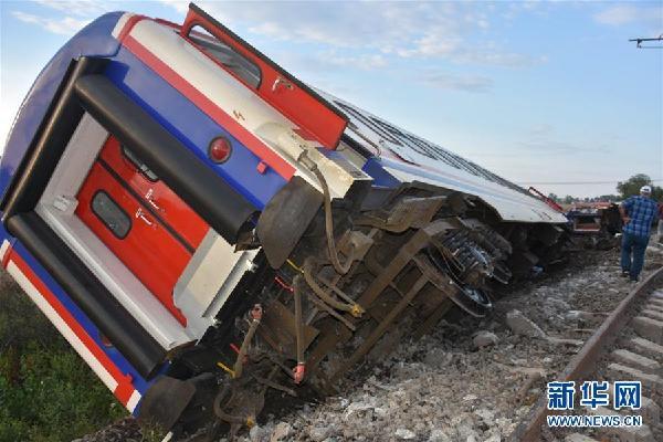 这是7月8日在土耳其泰基尔达省拍摄的火车出轨事故现场。.jpg