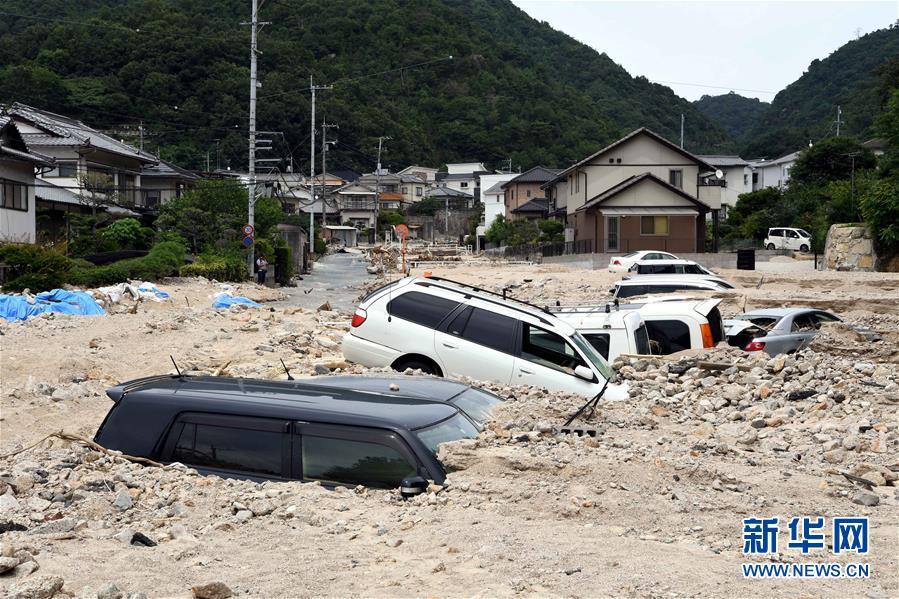 7月11日,在日本广岛吴市天应町地区,道路被泥石流淹没。.jpg